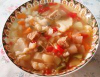 Sopa de verduras con almendras y seitán